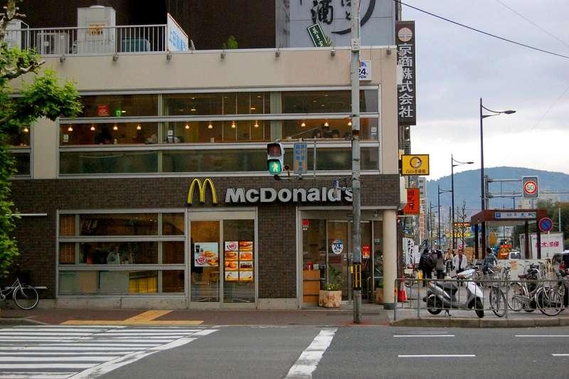 京都人在愛鄉愛土這塊可說是全國之冠,以故鄉的歷史為傲,絕對不容許任何外來的破壞,即便日本全國連鎖的大企業,進到京都也得配合把自己的招牌改成低調的單色。(圖/Kelly Bone@Flickr)