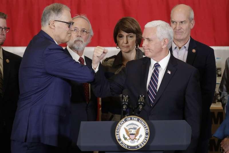 2020年3月5日,美國武漢肺炎(新冠肺炎)疫情升溫,副總統彭斯(右)視察華盛頓州,與州長英斯利「肘擊」(AP)