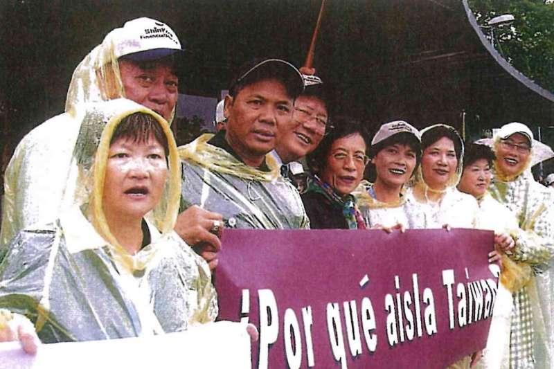 國民黨立委溫玉霞(右三)曾率領台商代表團赴日內瓦,為台灣加入WHO發聲。(溫玉霞提供)