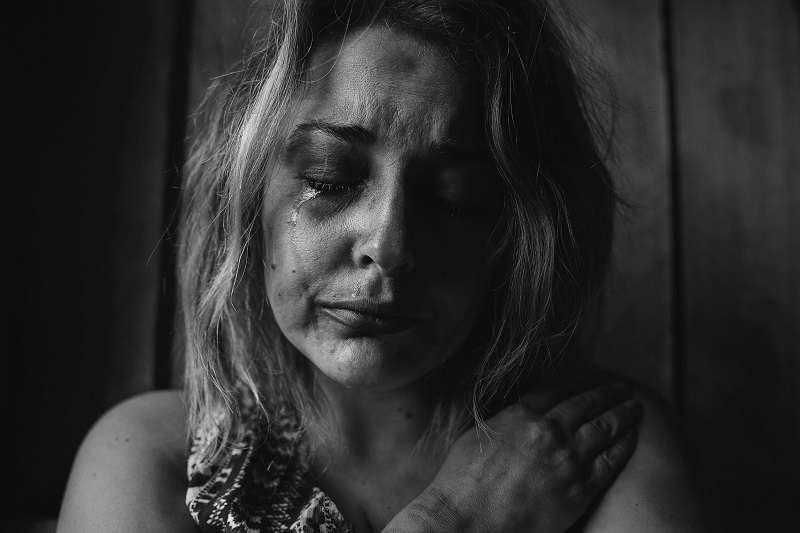聯合國開發計劃署公布了一項涵蓋全球75國、80%以上人口的人類發展報告,結果發現有30%的男女認為男性毆打女伴是合理的。(圖/unsplash)