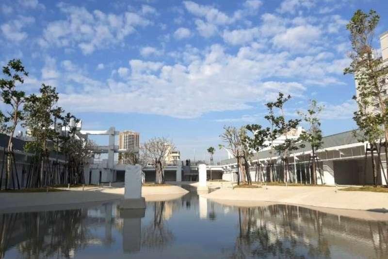 走過數十年繁華興衰後,台南中國城原址將以「河樂廣場」新面貌亮相,超過千坪親水廣場將於3月7日開幕。(圖/台南市政府)