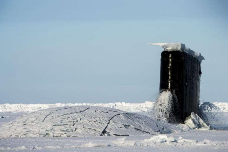 美國海軍一艘潛艇2016年3月15日在北極參與演習。(美國海軍)