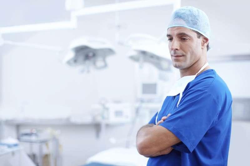 如果醫師特別同情患者,他們就更難以傳達真實的檢查結果或壞消息。。(圖/pixabay)