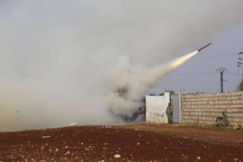 土耳其介入敘利亞內戰,土耳其發射飛彈攻擊敘利亞政府軍。(AP)