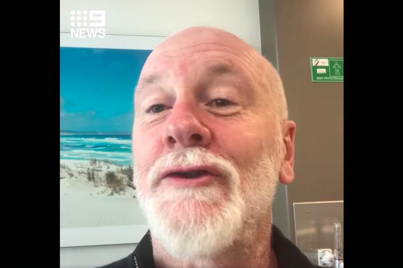 澳洲音樂家布萊特・狄恩(Brett Dean)2月底來台演出,返澳後確診新冠肺炎,他6日在澳洲隔離病房內開直播與外界報平安。(取自9 News Adelaide臉書)