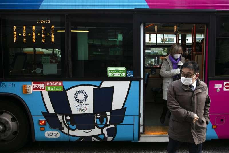 日本武漢肺炎確診已經超過千人,許多民眾上街仍舊戴著口罩。(美聯社)