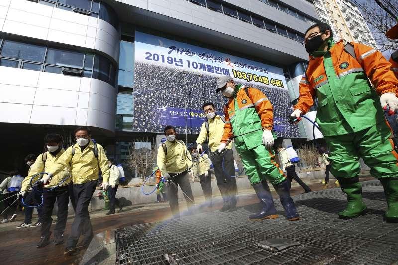 南韓新天地教會於今年3月爆發大規模群聚感染事件,至今仍有部分教會不顧防疫聚會。(AP)