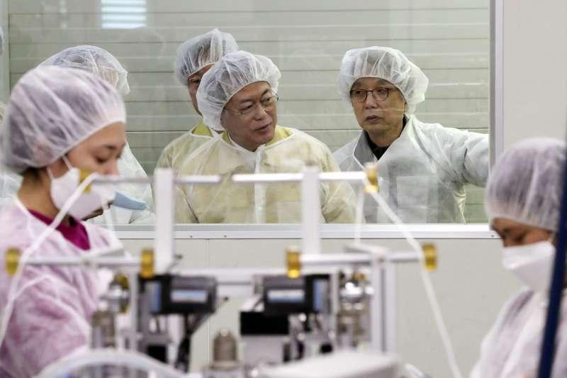 2020年3月,中國武漢肺炎(新冠肺炎)疫情重創南韓,文在寅總統(中)視察口罩工廠生產情況(AP)
