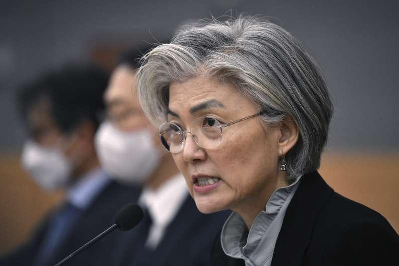 2020年3月,中國武漢肺炎(新冠肺炎)疫情重創南韓,外長康京和親上火線,向各國駐韓大使說明(AP)
