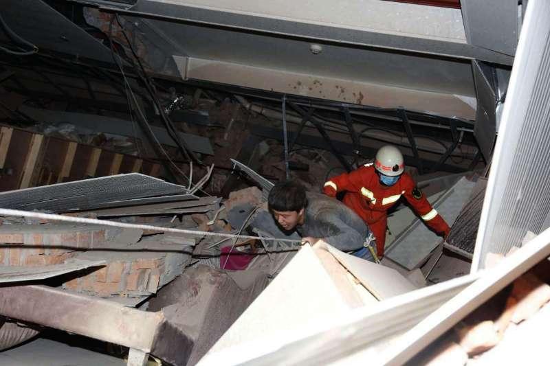 2020年3月7日晚間,福建泉州欣佳酒店發生坍塌事故,約70人被困。(AP)