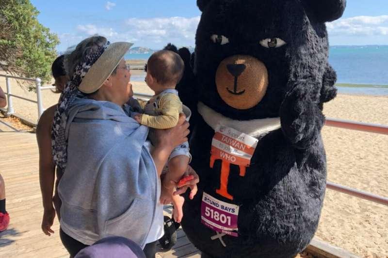 紐西蘭民眾與台灣觀光局吉祥物「喔熊」互動(僑胞提供)
