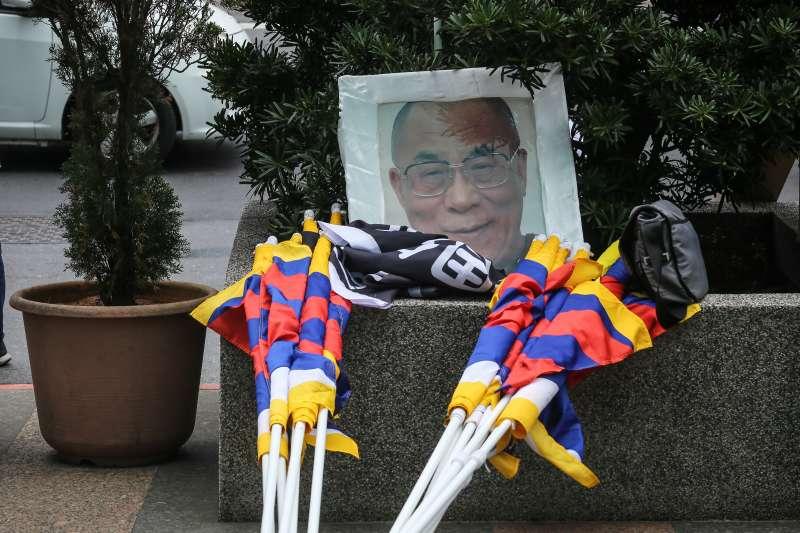20200308-310西藏抗暴日61週年遊行活動,今年因應疫情特以戴上口罩並無聲靜默方式進行遊行活動,現場備有西藏精神領袖達賴喇嘛像。(陳品佑攝)