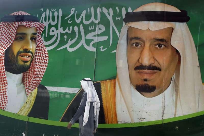 沙烏地國王薩勒曼(右)與王儲穆罕默德的海報看板(AP)