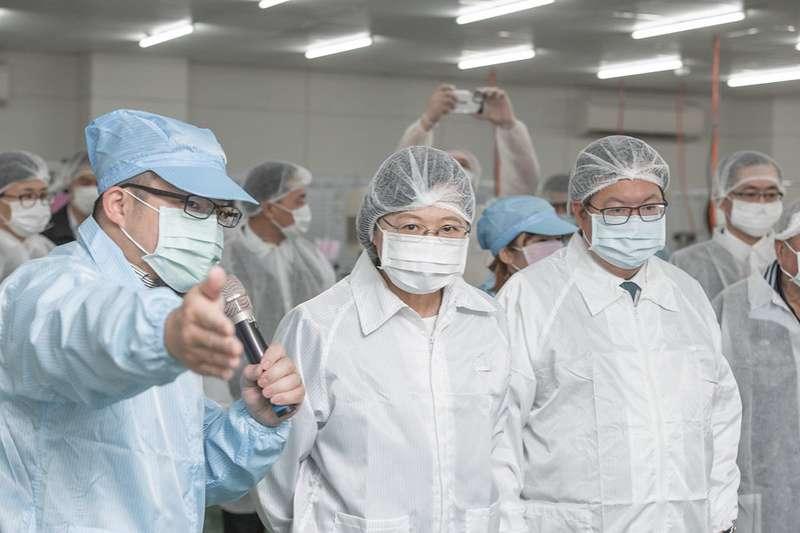 總統蔡英文今(9)日前往桃園龜山參訪製造口罩的易廷企業有限公司。(取自總統府@flickr)