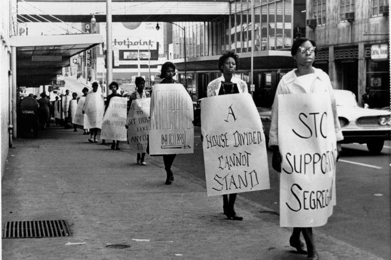 1960年。美國黑人民權運動風起雲湧,亞特蘭大上千名學生加入靜坐示威。(AP)