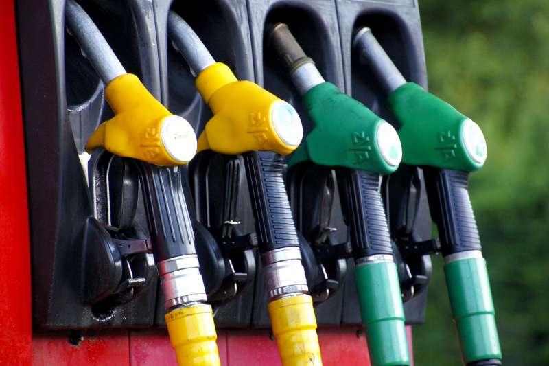 2020年3月9日,國際油價崩跌超過20%。(AP)