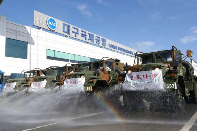 南韓軍方在大邱機場支援消毒工作。(美聯社)