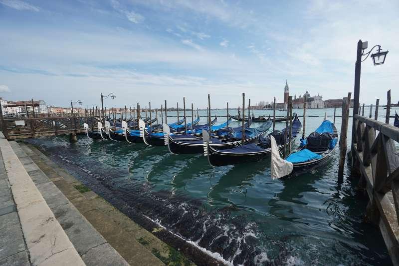 2020年武漢肺炎(新冠肺炎)疫情重創義大利觀光旅遊業,威尼斯的鳳尾船乏人問津(AP)