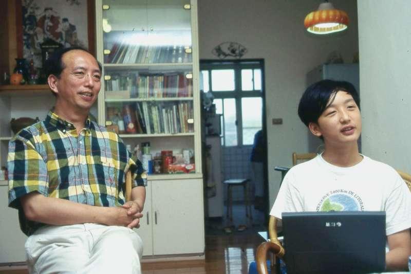 對於「天才少年」唐鳳(右),父親唐光華(左)相當擔心他與社會產生疏離。(林瑞慶攝)