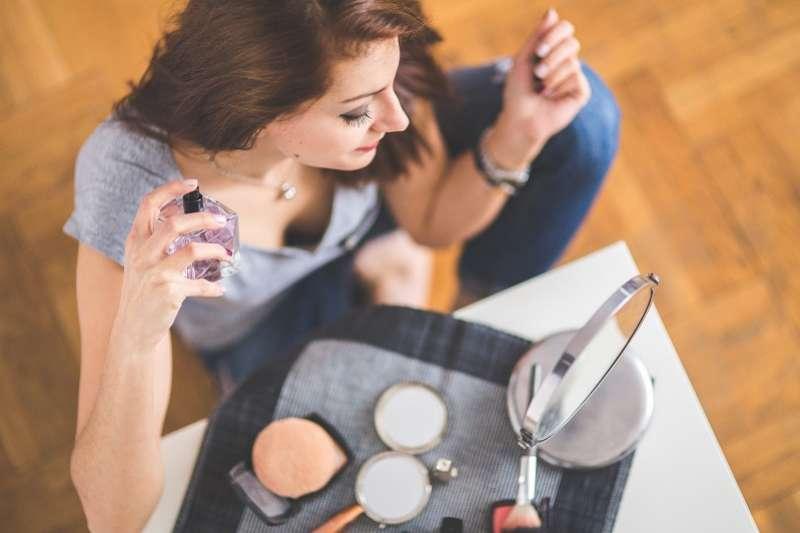 有些場合,如果你擦上香水前往,反而會使人質疑你的sense,並悄悄給人留下膚淺的不良印象。(圖/pixabay)