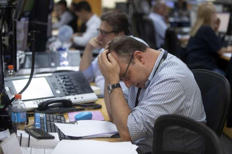 疫情沒有這麼容易落幕,經濟活動持續面臨下行壓力,投資人該何去何從?(AP)