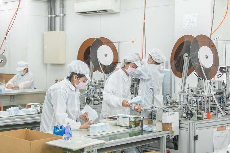 蔡英文總統訪視口罩工廠。(總統府提供)