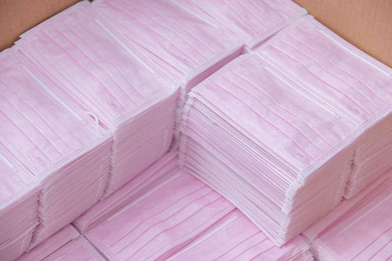 近日新竹警方獲報有民眾非法囤積並哄抬醫療口罩價格,檢警目前已逮捕7名嫌犯到案,並查扣口罩近51萬片。口罩示意圖。(資料照,總統府提供)