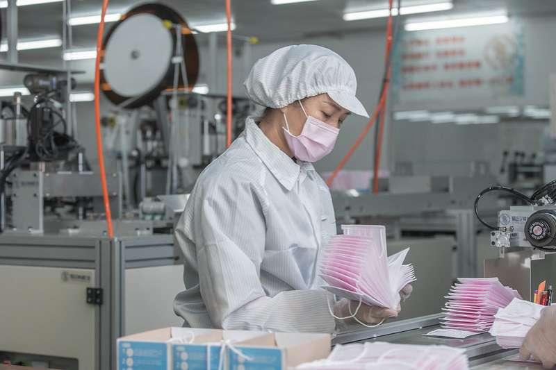 20200309-總統蔡英文訪視口罩工廠。(總統府提供)