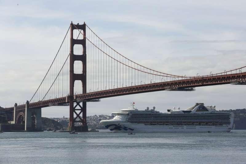 至尊公主號9日通過美國加州舊金山金門大橋,隨後駛入奧克蘭港(美聯社)