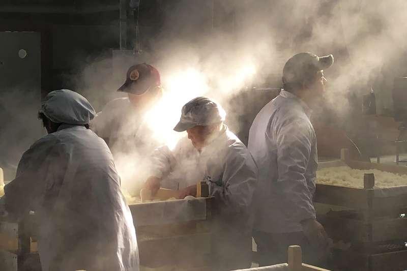 山形鈴木酒造店的釀酒人員蒸米。(美聯社)