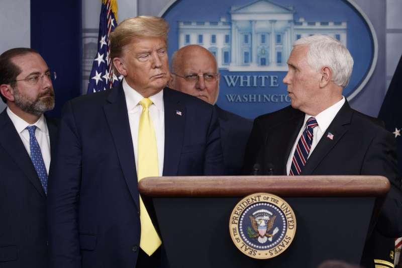 面對武漢肺炎疫情加劇,美國總統川普提出減稅方案因應,旁邊為副總統彭斯(AP)