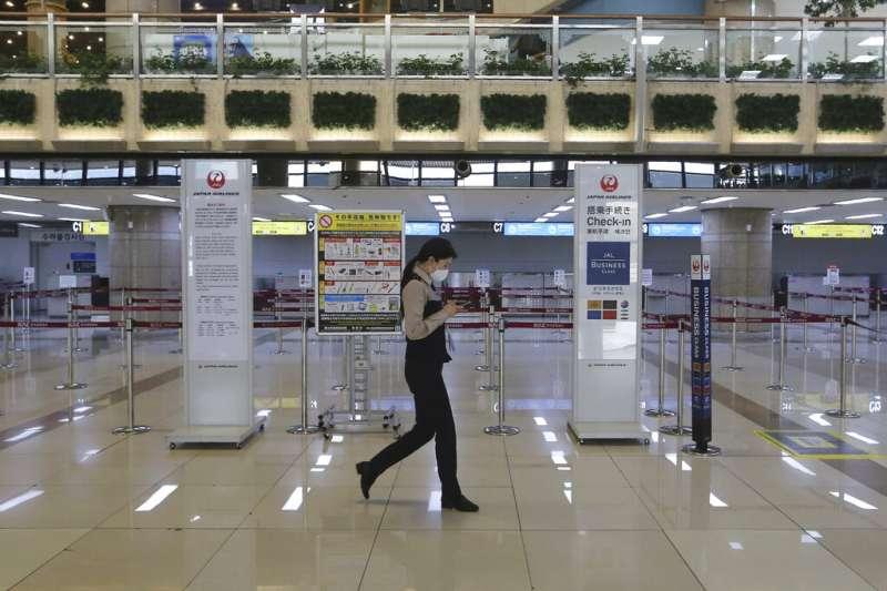 由於日韓彼此取消發放給對方旅客的簽證效力,南韓金浦機場的日本航空櫃檯變得空無一人。(美聯社)