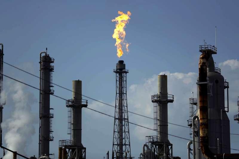 武漢肺炎造成全球石油需求下滑,沙烏地阿拉伯與俄羅斯的爭端又引發油價暴跌。(AP)