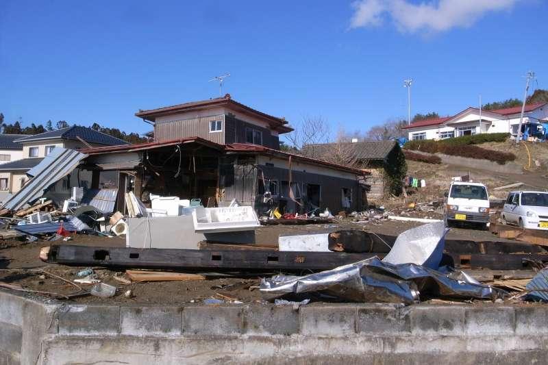 日本在311大地震災難過後,整個商業活動幾乎停擺,許多風俗店卻在災後一周內開始重新營業,為什麼呢?(圖為福島災區/OKAMOTOAtusi@flickr)