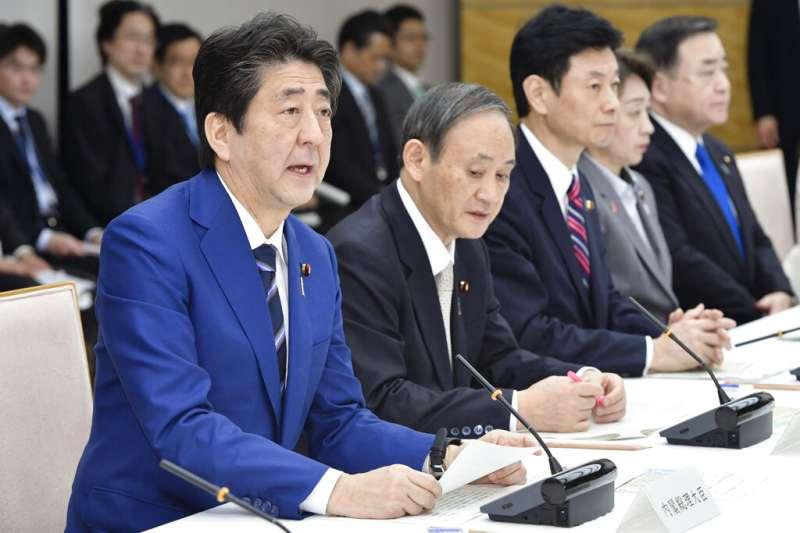 日本首相安倍晉三與內閣官房長官菅義偉。(美聯社)