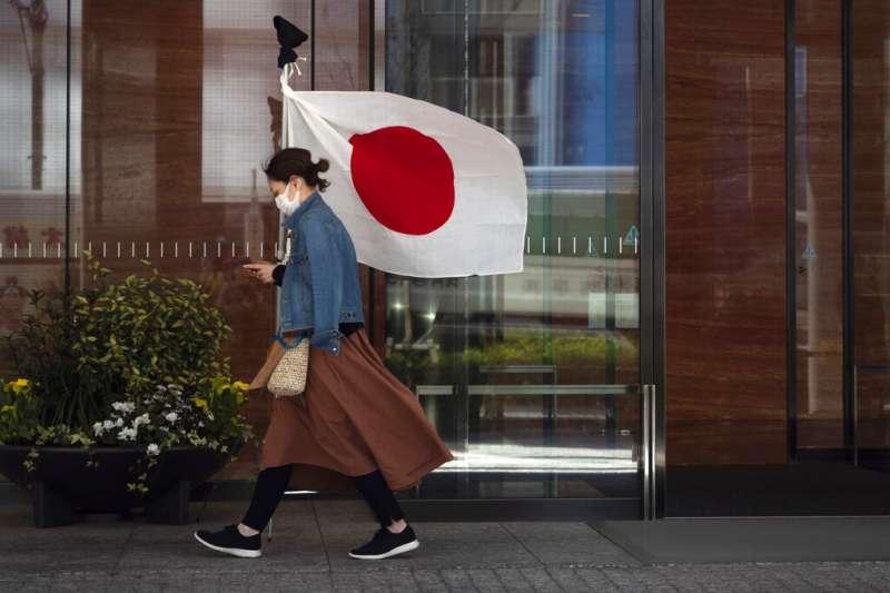 日本東京一位戴口罩的民眾。(美聯社)