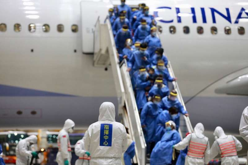 海基會26日宣布,第三波滯留湖北的台灣人,將於29、30日2天從上海返台。圖為第二波包機台人日前返台。(資料照,疾病管制署疫情指揮中心提供)