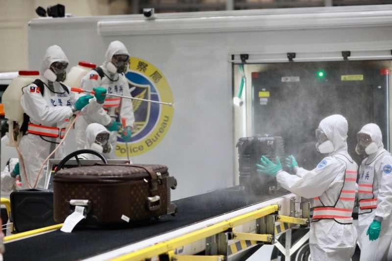陸軍化學兵於03月10日晚上在桃園機場替第二批武漢包機華航專機的旅客行李做最後消毒工作.(疾病管制署疫情指揮中心提供)