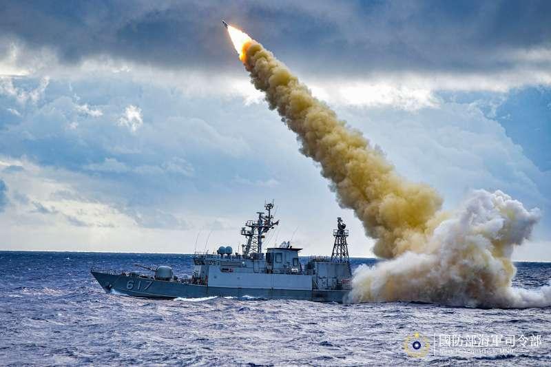 雄三飛彈目前已裝備在海軍的成功級巡防艦、錦江級巡邏艦、沱江級飛彈巡邏艦上,擔負捍衛海疆的重任。圖為錦江級巡邏艦「珠江艦」實施雄三飛彈實彈射擊。(取自海軍司令部官方臉書)