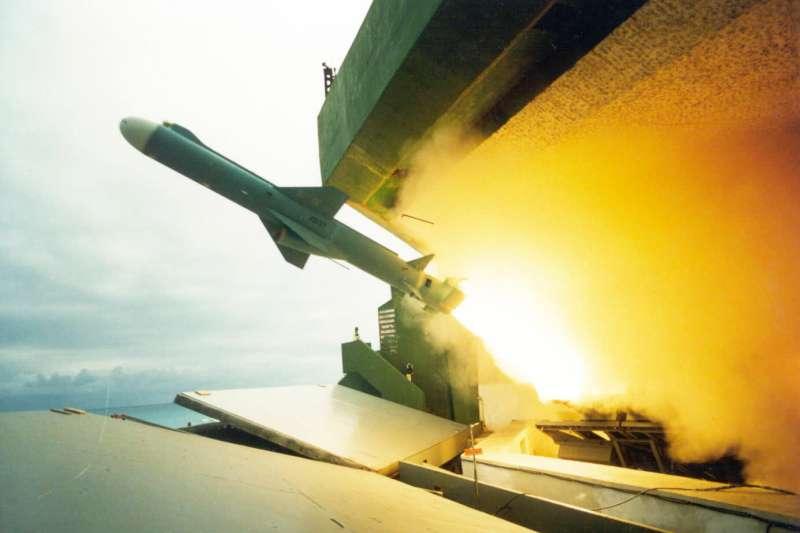 20200311-雄風二型反艦飛彈接續雄一而來,外觀參考美製魚叉反艦飛彈,1980年代末期投入服役後,至今仍與雄三共同擔負扼守台海戰備的重要任務。雄二另有陸射、空射型,甚至發展成攻陸巡弋飛彈「雄二E」,使我方籌碼大幅提升。(取自取自國家中山科學研究院官網)