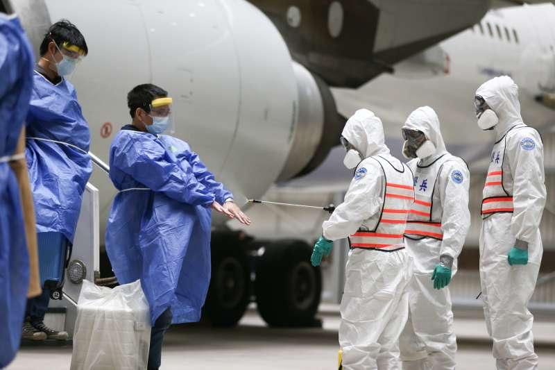 中央流行疫情指揮中心28日宣布,國內新增8例新冠肺炎境外移入確診,其中3例是27日從英國返台航班的乘客。示意圖。(資料照,軍聞社提供)