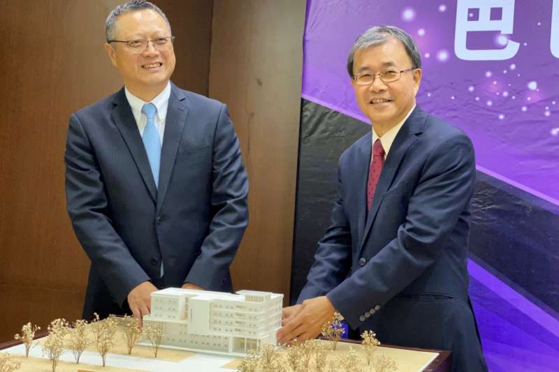 巴巴事業董事長黃烱輝(左)與中山大學校長鄭英耀(右)於中山大學醫學教學大樓3D模型開心合照。(圖/巴巴事業提供)