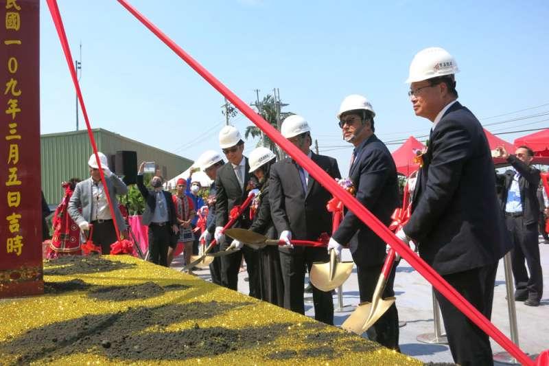 寶晶董事長蔡佳晉(右二)主持「林邊99MW太陽能電站第一期」動工典禮。(黃琴雅攝)
