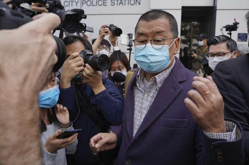 香港警方大舉圍捕民主派知名人士,包括媒體大亨黎智英。(AP)