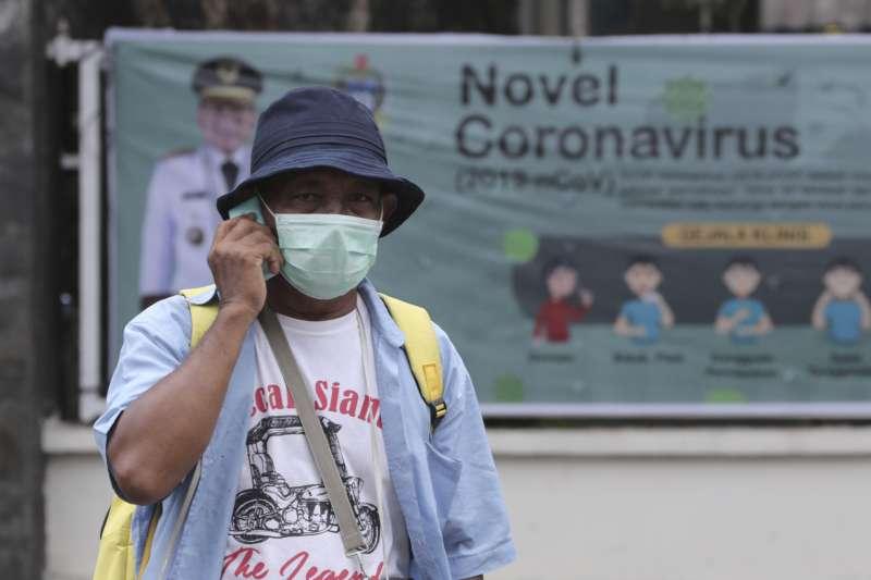 圖為戴著口罩的印尼行人,非當事者。(AP)