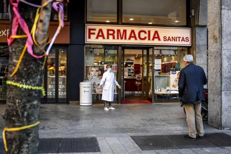 義大利人民被政府要求「留在家中、哪也別去」,總理孔蒂11日更宣布全國所有商店關閉,僅有藥局與販賣食物的超市可以繼續營業。(美聯社)