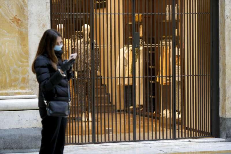 義大利人民被政府要求「留在家中、哪也別去」,總理孔蒂11日更宣布全國所有商店關閉,僅有藥局與販賣食物的超市可以繼續營業,連餐館都不可開放。(美聯社)