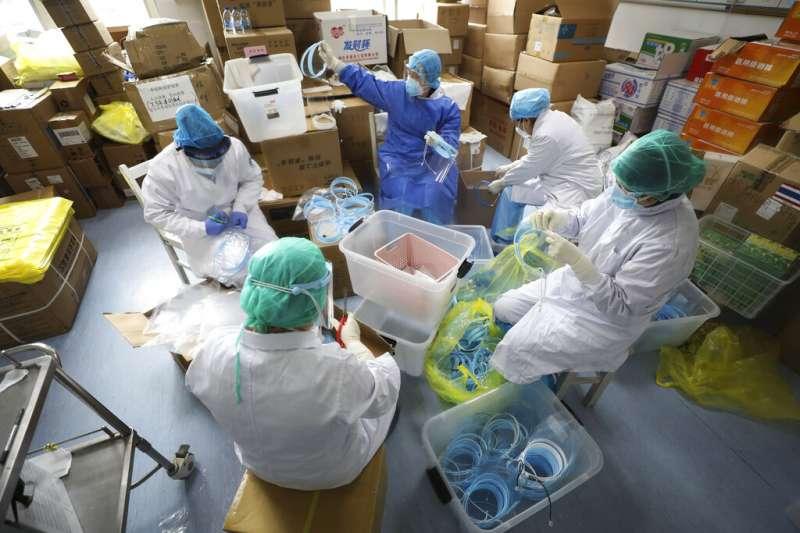 中國湖北武漢的醫療人員正在救治武漢肺炎病患。(美聯社)