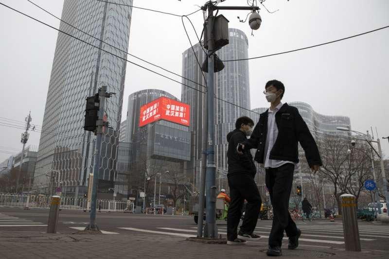 中國武漢肺炎病例超過八萬人,北京街頭仍可見到「中國加油!武漢加油!」的宣傳標語。(美聯社)