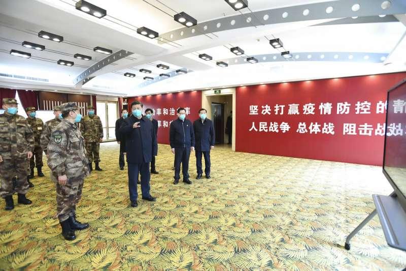 中國國家主席習近平前往武漢火神山醫院視察,但他最後並未進入醫院,而是在武漢職工療養院採取視訊連線。(美聯社)